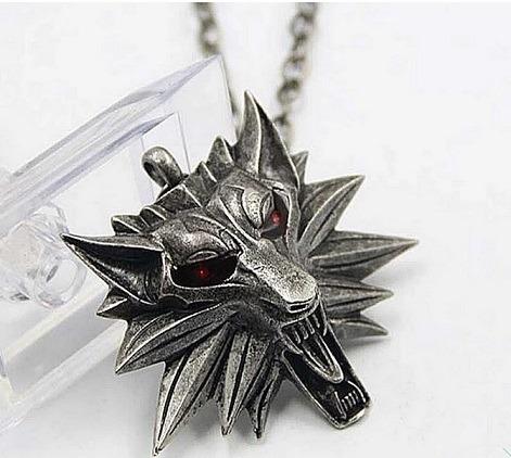 Colgante The Witcher emblema lobo ojos rojos